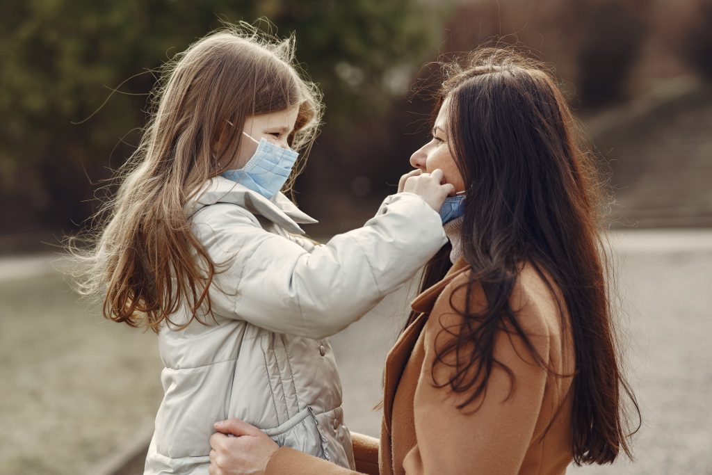 детските психолози за майка и дете с маски