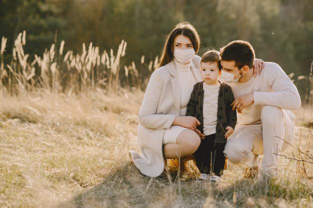 семейство с дете с маски