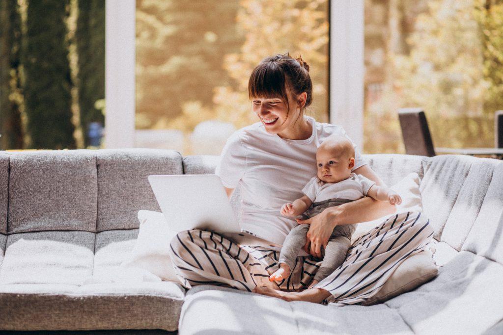 майка и бебе работят